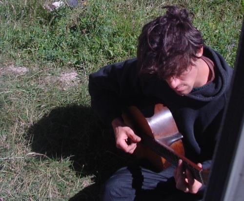 Los integrantes de Los Codos tienen una alineación variable. Mariano además de cantar, toca el bajo y la guitarra acústica en la banda.
